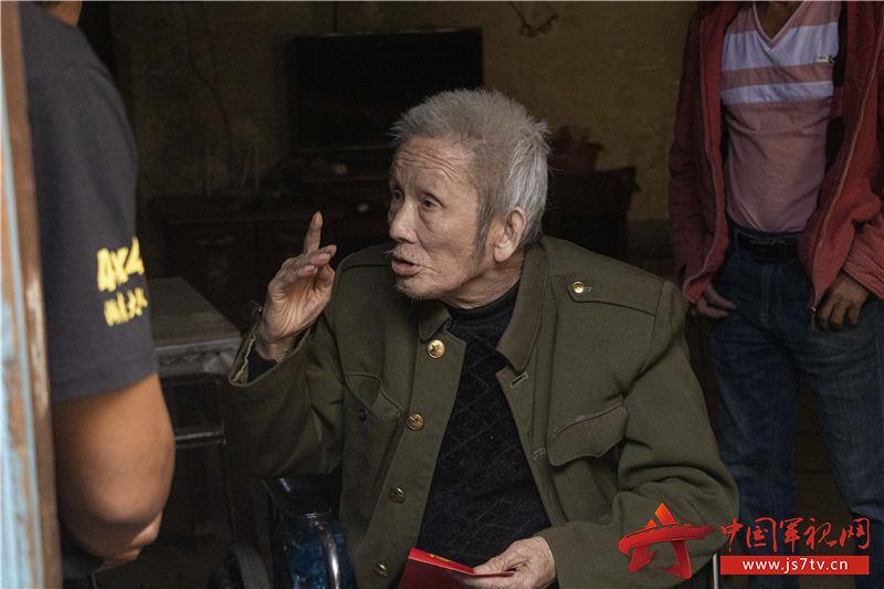 周仁志老兵講述他出國作戰的經歷。