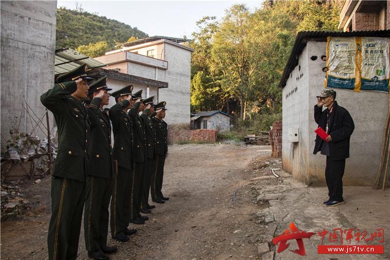 官兵離開時向周啟美老兵敬禮致敬。