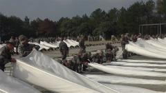 陸軍第73集團軍某合成旅首次開展整建制低空傘降訓練