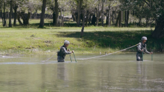 運輸路線被河水阻隔 戰士不畏寒冷下水勘察線路