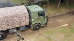 道路泥濘卡車受困 戰士協力突破障礙
