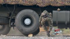 專業操作請勿模仿!沒有千斤頂 兵哥哥也能換輪胎