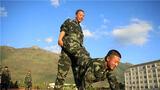"""近日,武警第二机动总队某支队组织新兵开展趣味体能训练活动,""""跳山羊""""、接力跑、跳轮胎等充满趣味性的课目依次展开,新战士们相互帮助、共同训练,全面增强体能素质,加深战友之间的了解和友谊,带着快乐训练,在训练中收获快乐。"""