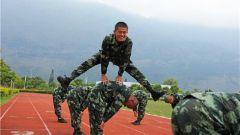 花样体能训练 新兵们的苦与乐