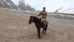 秋冬第一次骑马巡逻即将开始 指导员耐心陪伴战士克服骑马恐惧