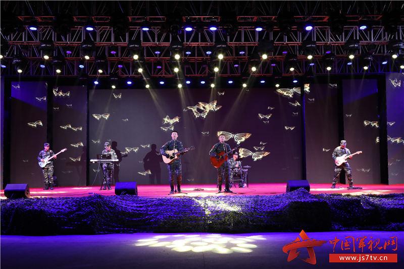 乐队演唱《蓝莲花》