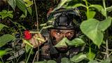 """一名特战队员在密林中隐蔽侦察""""目标"""""""