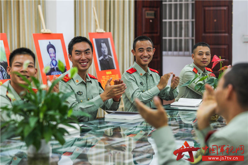4、2020年11月3日,讀書會上,戰友們熱情鼓掌。
