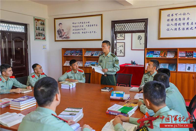 5、2020年11月3日,指導員和戰友分享讀書體會。