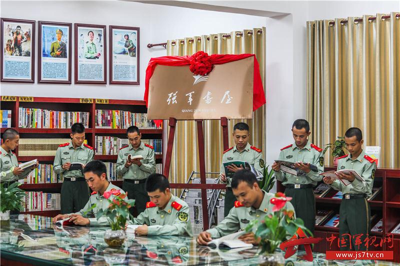 8、2020年11月3日,官兵们在图书室聚精会神看书。