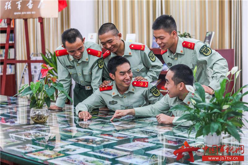 10、2020年11月3日,官兵们在休息间隙相互交流心得。
