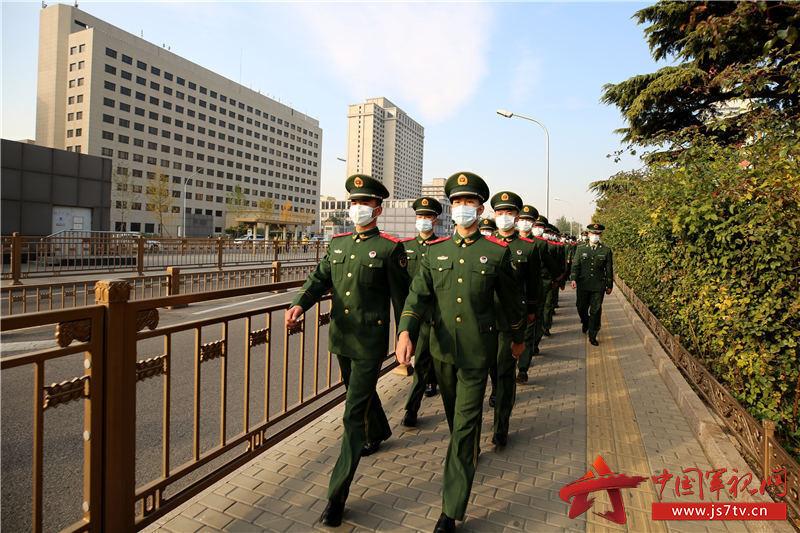 1官兵严密组织前往展览馆。赵明摄