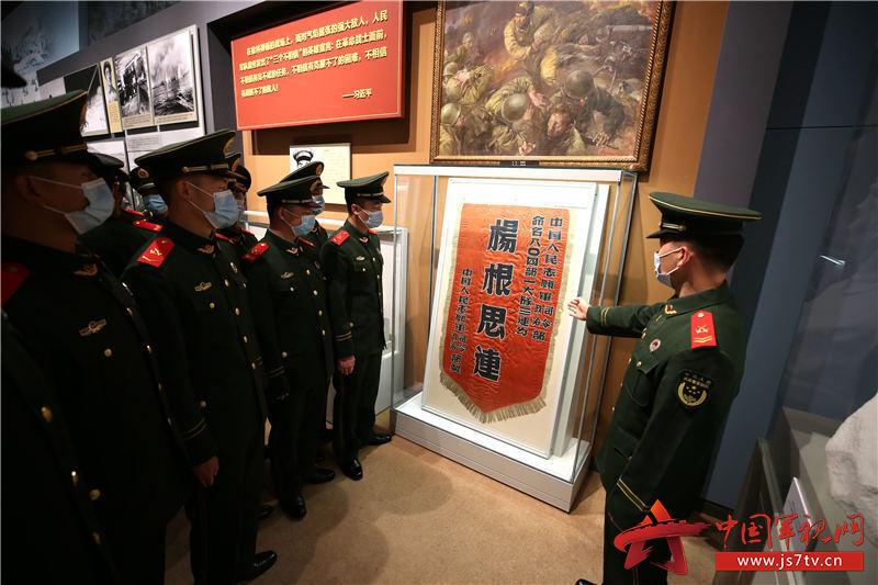 """3官兵们在学习""""杨根思连""""精神。赵明摄"""