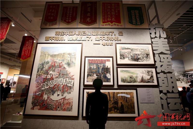 6一名战士在展览墙前驻足凝思。赵明摄