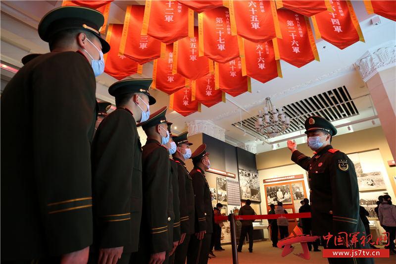 """5五音山""""大功连""""官兵在重温自己中队前身所在志愿军第六十六军战斗历史。赵明摄"""