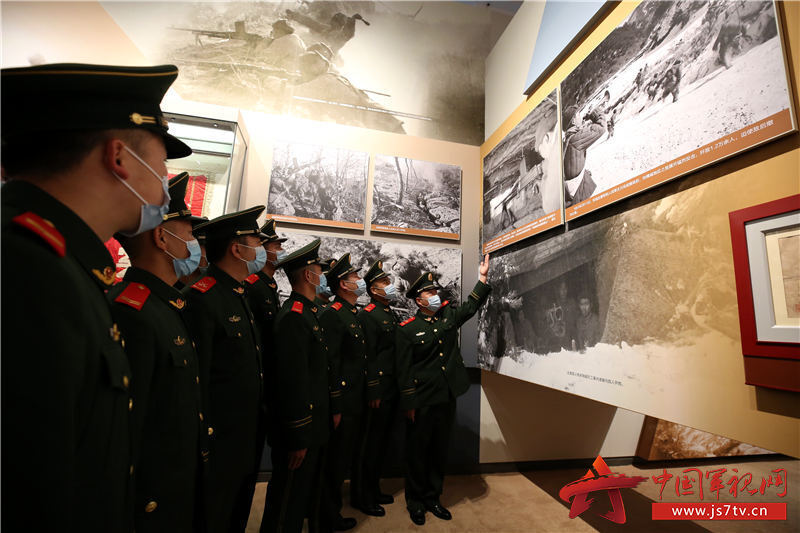 """11五音山""""大功连""""官兵现场回顾中队先辈英烈参加五音山战役经过。赵明摄"""