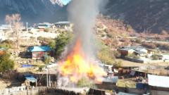 西藏军区川藏兵站部官兵任务途中救火