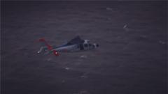 驚險!海軍某艦載機團組織夜間海上搜救訓練