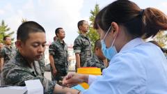 """军队医疗专家组深入基层新训部队开展""""三巡""""工作"""