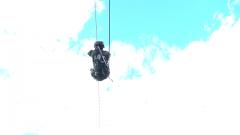 極限體驗!特戰隊員倒掛在12米半空進行射擊