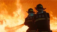 爆炸事故現場面臨生死考驗 消防戰士告別戰友繼續救援