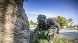 官兵对模拟沾染区域实施化学侦察。