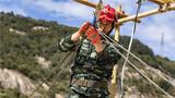 高空救援考核中官兵正在固定绳结。