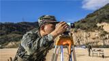 道路侦察考核现场,官兵利用侦测设备实施测距。