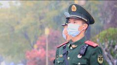 北京迎来大范围降雪 武警官兵坚守执勤一线