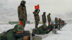新疆乌鲁木齐:新兵实弹射击考核在大雪中昼夜进行