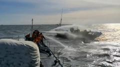 海軍官兵接力救援失火漁船