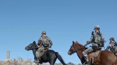 騎上戰馬整裝出發 民兵騎兵連與邊防部隊一同踏上巡邏路