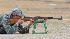 真槍實彈的較量上演 女民兵射擊比賽穩定發揮打出三發三中的好成績
