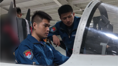 直击东部战区海军航空兵某旅新飞行员夜间放单飞训练现场