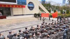 驻香港部队:退役老兵向军旗告别