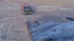 稍有不慎就會失敗 運輸兵挑戰駕駛卡車通過10厘米寬雙邊橋