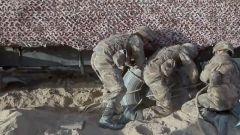 車輛深陷沙地怎么辦?運輸官兵急中生智用麻繩制作輪胎防滑鏈