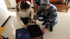 除了自己的衣物 军嫂李小敬的行李箱里给丈夫带了什么
