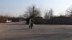 看到心爱的女孩在军营门口 他立马跑过去拥抱她