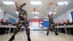 青春舞步庆元旦 快来看武警兵哥哥们的帅气舞姿