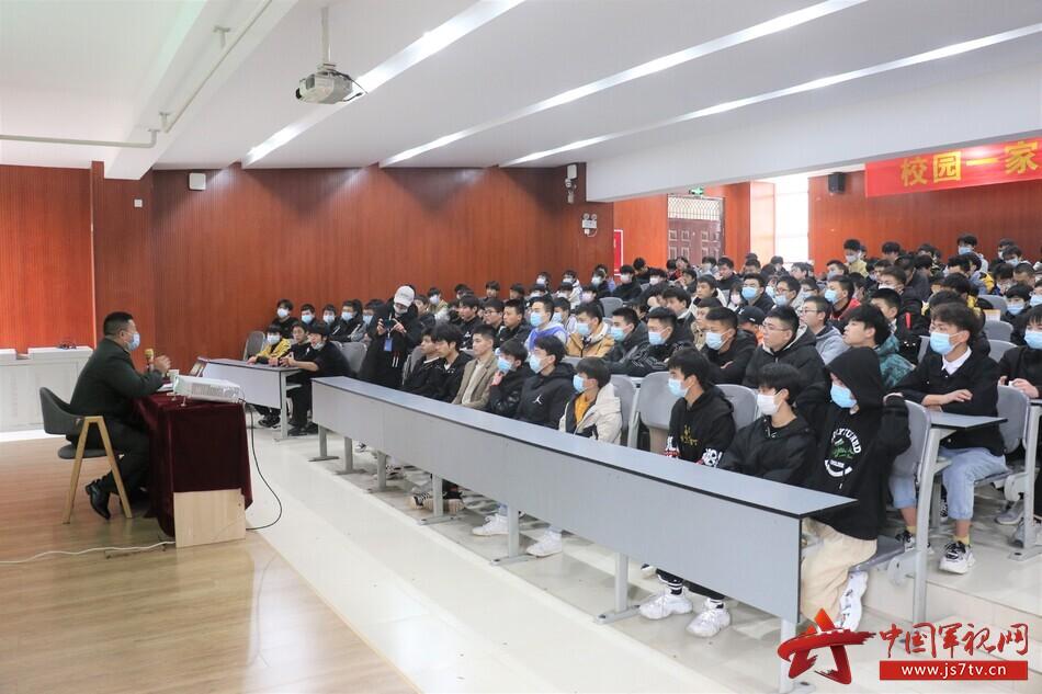 4宣讲组与在校大学生进行座谈