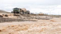 在平均海拔4500米的青藏高原行车,重型运输车队遭遇大水拦路