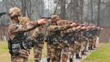 """近日,陆军第77集团军某炮兵旅组织官兵进行射击训练考核,他们营造贴近实战的练兵环境,增强官兵临机应变的""""敌""""情意识,提升部队实战能力。"""
