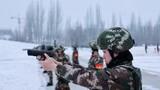 近日,武警新疆总队某机动支队在零下20℃的野外开展训练,导调组结合天候、地形等条件,临机构设情况,检验机关组织指挥和部队应急处置能力。
