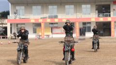 【第一军视】甩尾飘移 侧倾行驶 兵哥哥在训练场上演速度与激情