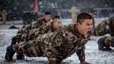 近日,武警贵州总队机动支队组织官兵在雪地中开展体能训练,砥砺血性胆气,锤炼敢打必胜作风。