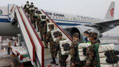 武警第二机动总队某支队新兵乘坐民航包机奔赴高原战位