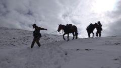 """雪山坡陡路难走 在""""冰雪世界""""巡逻不是一件容易事"""
