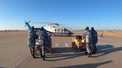 直升机送年货运抵冰封小岛