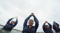 """【第一军视】双手被绑投入海中!看特战尖兵20秒""""绝地求生"""""""